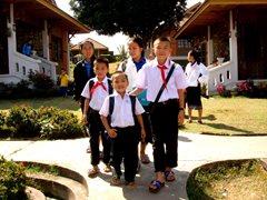 Eine SOS-Familie auf dem Weg zur Schule (Foto: SOS-Archiv).