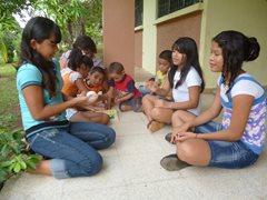 Kinder spielen zusammen (Foto: S. Cesar).