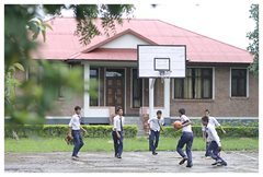 Beim Basektball-Spiel in ihren Schuluniformen (Foto: SOS-Archiv)