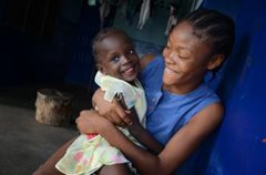 SOS-Geschwister in liebvoller Umarmung (Foto: C. Ladavicius)