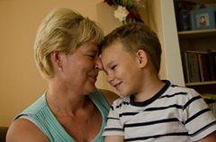 Ein kleiner Junge in unserer Obhut genießt einen besonderen Moment mit seiner SOS-Mutter (Foto: M.Mägi).