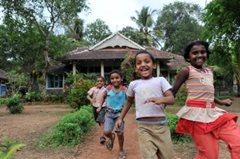 Kinder können ein sicheres und gesundes Leben in der Obhut von SOS-Kinderdorf genießen (Foto:  Picture Alliance F.May).