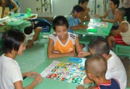 Die Kinder spielen ein Brettspiel zusammen (Foto: SOS archives)