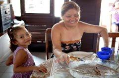 Mutter und Tochter beim Mittagessen (Foto: P. Wittmann)
