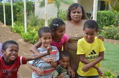 Eine SOS-Familie: Kinder wachsen mit ihren Brüdern und Schwestern auf  und werden von ihrer SOS-Mutter versorgt (Foto: SOS-Archiv.)