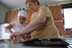 Mutter und Kind kochen zusammen (Foto: K. Ilievska).