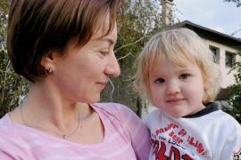 Kind mit seiner SOS-Mutter (Foto: K. Ilievska)