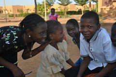 Mutter aus der lokalen Gemeinde kann jetzt mit unserer Hilfe ihre Kinder ernähren (Foto: SOS-Archiv)
