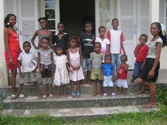 Kinder stehen vor einem SOS-Familienhaus  (Foto: SOS-Archiv).